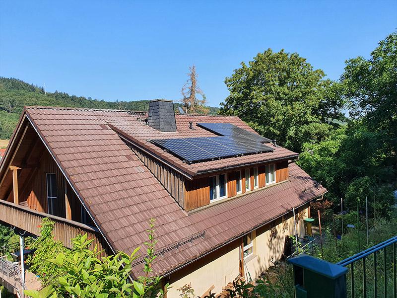 Montierte Solarmodule auf Dach